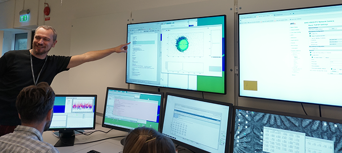 The results are discussed and interpreted at the NanoMAX control room
